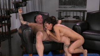 Teen Chica Makes Man Unload Spunk Upon Her Face